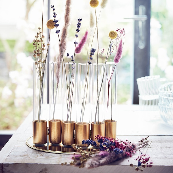 Fleurs séchées dans un vase en verre