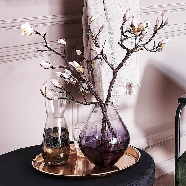 Trendige Vase mit Magnolien