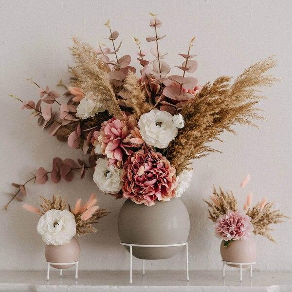 Blütenmix in Kugelvasen